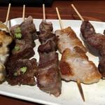 大衆酒場 串焼き本舗 - 「鶏ムネ・牛串わさび・タン・豚バラ・カシラ」牛串わさびは120円。他は90円也。+税。