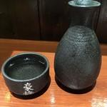 大衆酒場 串焼き本舗 - 「熱燗」銘柄はたぶん松竹梅の豪快。380円也。