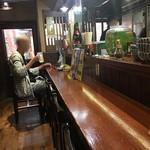 大衆酒場 串焼き本舗 - 1階のカウンター席。