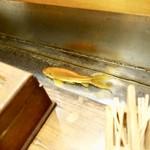 いろは寿司 - [2018/08]カウンターの手洗い跡に金魚が泳いでいます。