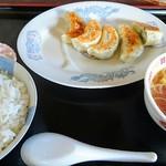 ごっつんこ - 餃子とライス(お新香、ラーメンスープ付き)計700円。ご飯はイマイチ。