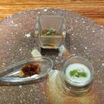 93213007 - アミューズ  カブのピューレ(蕪の実と茎をのせてます)、ホッキ貝とXO醬、焼きナスの上に中国黒酢ジュレと茸をトッピング