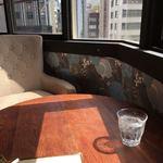 アメニテ ギンザ - 日差しが差し込む窓際席