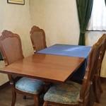 ボンヌマン - テーブル席。