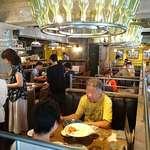 FRESH CHEESE ITALIAN VANSAN - Itarian Kitchen VANSAN 葛西店 店内 シャンデリアに注目