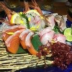 酒と飯スタンドゆうじ - 新鮮で大ぶりカットな刺身5種盛(甘エビ、サーモン、鯛、カンパチ、鰆のタタキ)
