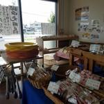 サンクス洋菓子店 - パンがたくさん並んでます