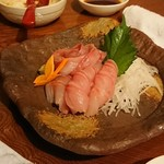 菜根譚 北海道中華 - 清蒸鮮魚の前のソイ刺身