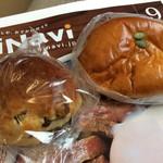 オーサムベーカリー - 左がレーズンパン、右が栗クリームパン。