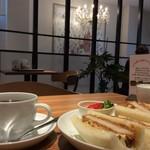 自家焙煎珈琲 ICHI no KURA coffee&soft cream - シャンデリアと絵のセンスが良いと思います。