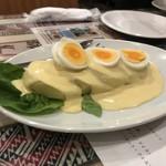 93275507 - 2018/03 パパ・ア・ラ・ウアンカイナ 600円は、茹でたけのジャガイモにクリームソースをかけて、ゆで卵を乗せたもの。それにお好みで特製唐辛子クリームソースのスパイシーなソースをかける。まろやかで、すっきりしたコクのあるチーズ風味で、まあまあ美味しく食べれるのだ