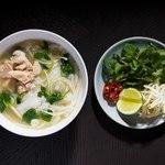 3種ハーブと鶏白湯フォー