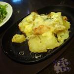 北海道バル ラベンダーキッチン - ジャガイモとゴルゴンゾーラの鉄板ぐつぐつ  580円