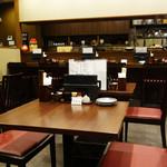 蕎麦おざき - カウンター席とテーブル席があります。 結構広いので、グループでの来店も安心です。