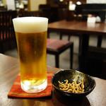 蕎麦おざき - 生ビールで乾杯。 サービスの揚げ蕎麦も頂きました。