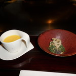 六本木モンシェルトントン - お通しの南瓜の冷製スープ、しめじと春菊と蓮根の胡麻和えです。