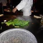 六本木モンシェルトントン - ほうれん草を調理している様子です。味付けは塩コショウ、出汁風味の醤油です。