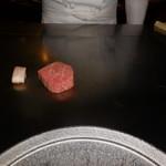 六本木モンシェルトントン - 鹿児島県産の特選サーロインを調理している様子・その1です。