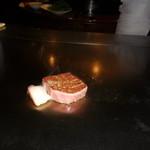 六本木モンシェルトントン - 鹿児島県産の特選サーロインを調理している様子・その2です。