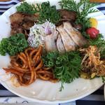 ガーデンカフェ&デリカ キモト - 肉は3種類。どれも美味しくボリューミー。