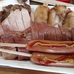 93292587 - メガトンセット                       トンテキ                       ハムステーキ                       ベーコンステーキ                       豚足                       フランクフルト2本                       焼きレバー100グラム(結構多い。)                       これでもか!!の肉祭り