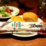 OSTERIA dieci - お通しの自家製パンとフォカッチャ