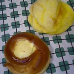 パン・洋菓子 キムラヤ - (上)メロンパン 95円、(下)たまごパン 179円 (ゆで卵がごろっ♪とまるごと1個入ってます!! + マヨネーズ)