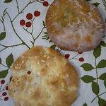 パン・洋菓子 キムラヤ - (上)あんドーナツ、(下)レーズンクッキー 各84円