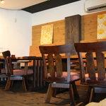 cafe HOM+ - ゆったりできるベンチシートの大きめテーブルもあります。