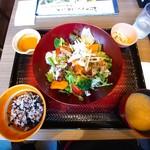 大戸屋 - 彩り野菜と炭火焼きバジルチキン定食 (税込¥880)