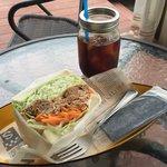 ポレポレカフェ - 野菜たっぷりポレカフェサンド550円(税抜) 自家焙煎アイスコーヒー370円(税抜)