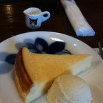 9332973 - チーズケーキ 大倉陶園のブルーローズの皿