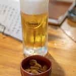 もつ焼きじろちゃん - 2018.9 ザーサイ辣油漬け(お通し)、生ビール(380円)サッポロ黒ラベル