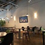 ササヤカフェ - 広々とした店内。