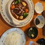 93341187 - ワイン煮込みハンバーグ ライス サラダ お味噌汁 小鉢