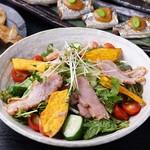 たかの家 - 秋の宴会コース:揚げ南瓜とスモークチキンのコブサラダ