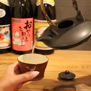 純米酒を中心に地酒をセレクト。お好きなお猪口でぐいっと。