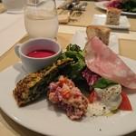 セグレイト - 「前菜の盛り合わせ」と「ビーツの冷製スープ」