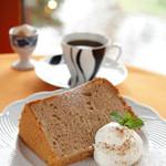 ロズ&マリー - 料理写真:一番人気のアップル&シナモンのシフォンケーキ
