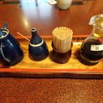 93358536 - 左からタレ・山椒・楊枝・醤油