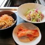 十八番 - 焼肉定食のナムル、キムチ、サラダ