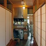 笹家 - 三和土の両側に客室。<2011_09>