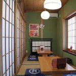 笹家 - 通路の右側の部屋に入って、腰を下ろしました。左に三和土。<2011_09>