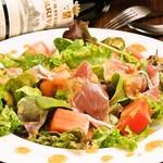 A5黒毛和牛のお店 和牛創作肉バル BALCONIWA - 【生ハムサラダ】当店オリジナルのドレッシングでお肉との相性抜群なサラダです。
