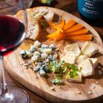 A5黒毛和牛のお店 和牛創作肉バル BALCONIWA - 【チーズ盛合せ】お肉とワインと美味しいチーズで完璧ディナーの完成です。