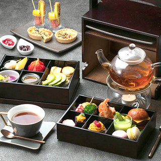 優雅なひとときの中で、ロンネフェルトの紅茶を楽しむ
