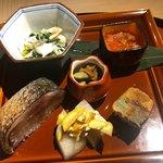 もと井 - 八寸 渡り蟹春菊の和え物、イクラ、和田茶豆、鯖寿司、ナシとクリームチーズ、南瓜の天ぷら