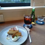 MOVE CAFE - [料理] キャラメルバナナのNYチーズケーキ & 水出しIce珈琲 セット全景♪w