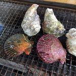 マルモ水産 九十九島海上かき小屋 - 手前がヒオウギ貝、色がきれいですね