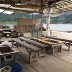 マルモ水産 九十九島海上かき小屋 - 湾を小さな船が通っても結構揺れます